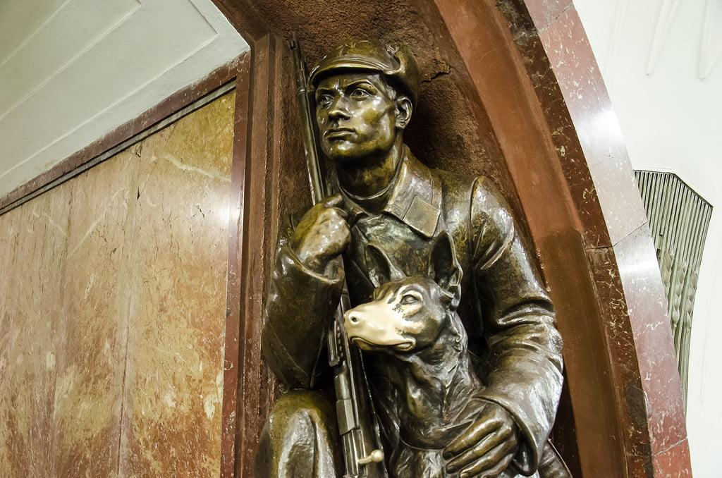 Метро Площадь Революции Скульптура Пограничник