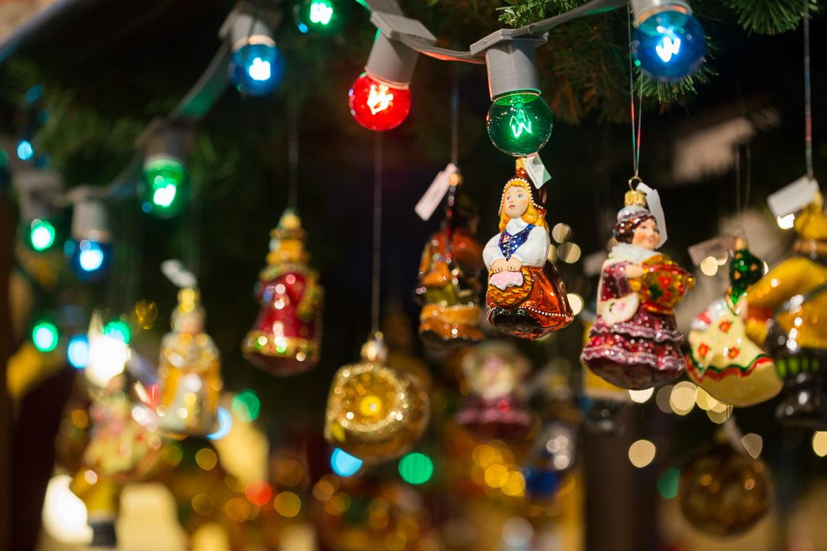 Елочные игрушки на праздничном базаре в ГУМе