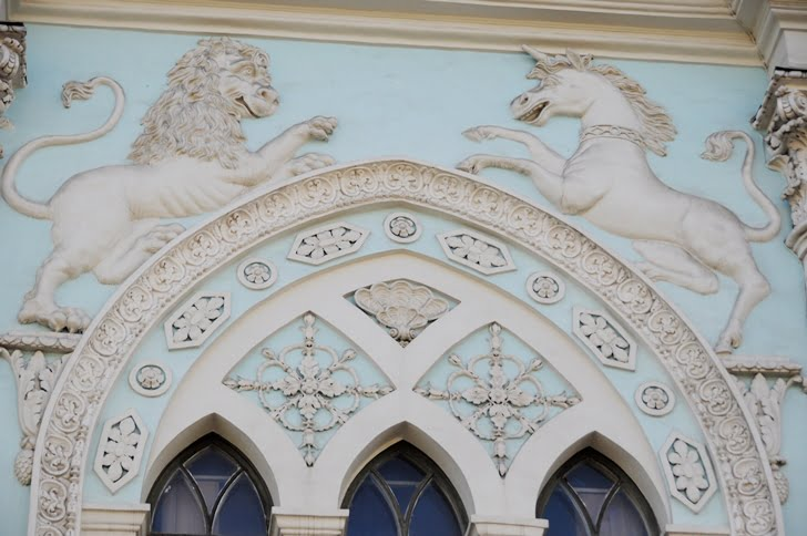 Лев и единорог на фасаде здания Синодальной типографии на Никольской улице РГГУ