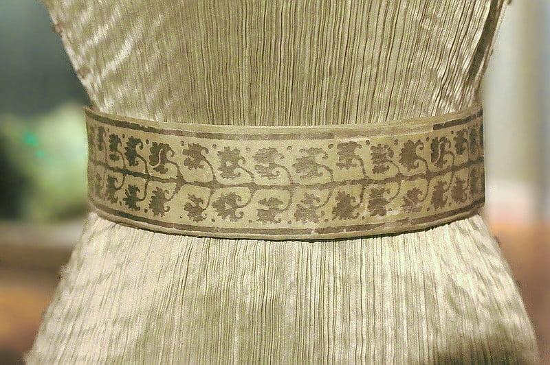 Деталь платья - дельфоса из коллекции Н. С. Мустафаева на выставке Эрмитажа