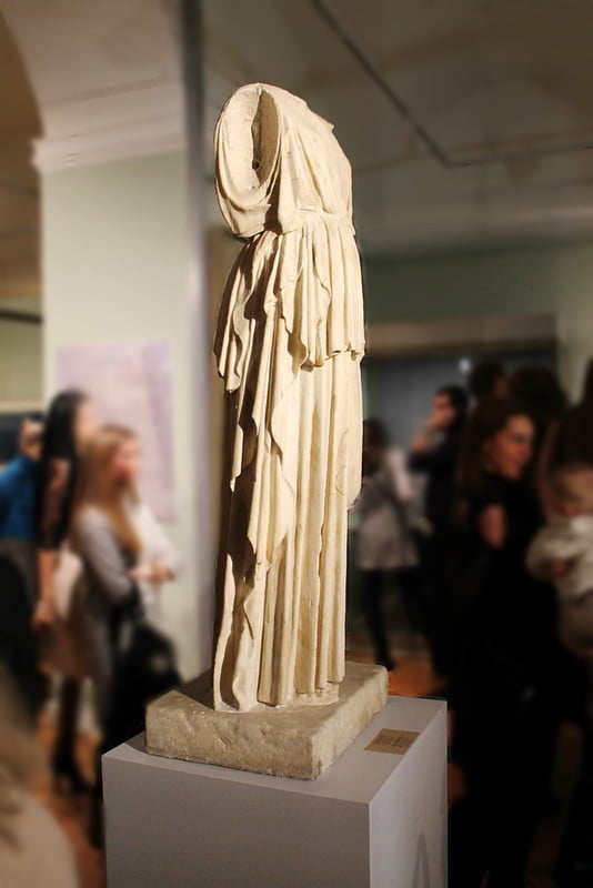 Эрмитаж поддержал тему Античности статуей и барельефом