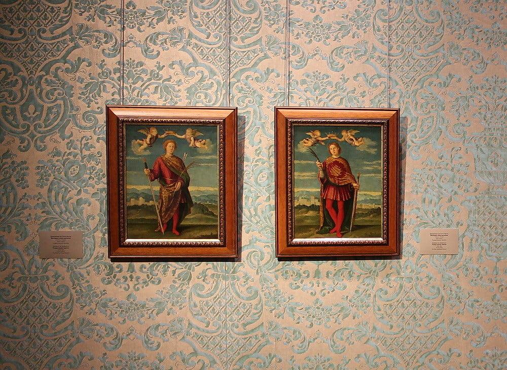 Фирма Фортуни Inc. подарила Эрмитажу ткань, изготовленную по эскизам Мариано Фортуни, которой музей обил стенд