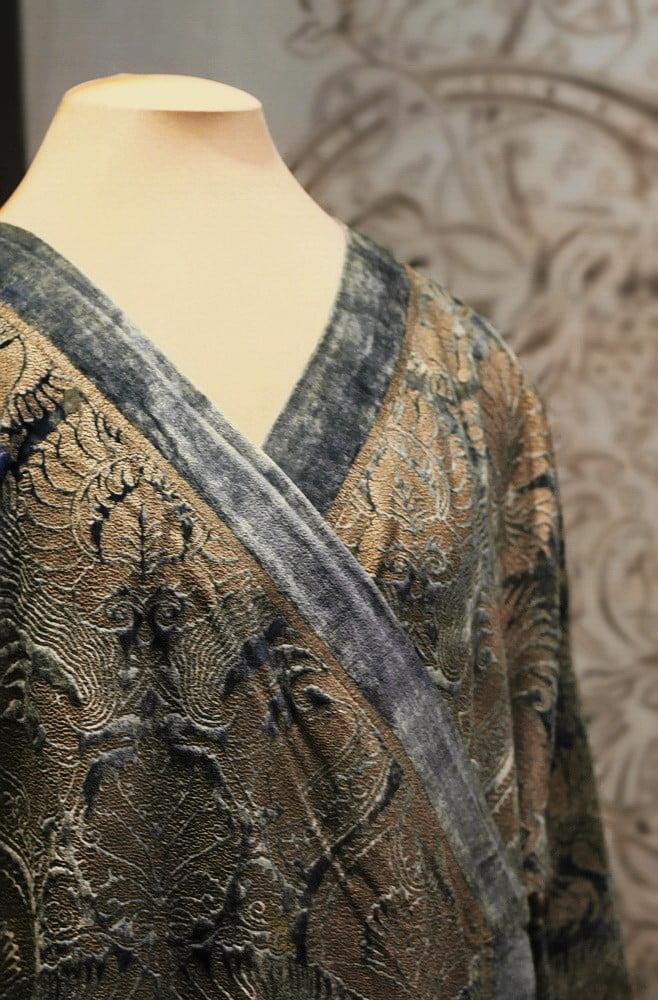 Мариано Фортуни. Пальто - кимоно голубое с набивным узором (фрагмент). 1920 - 1930 гг. Венеция. Шелковый бархат, набойка. Собрание Фортуни Inc. Выставка в Эрмитаже