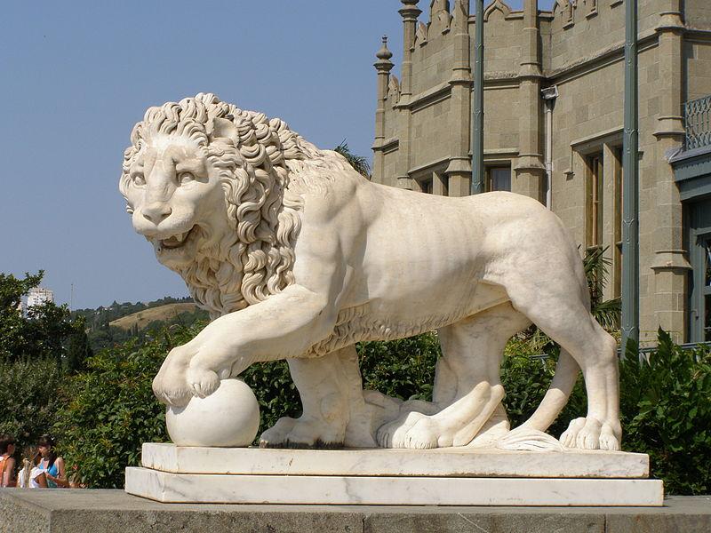 Мраморный лев на террасе Воронцовского дворца