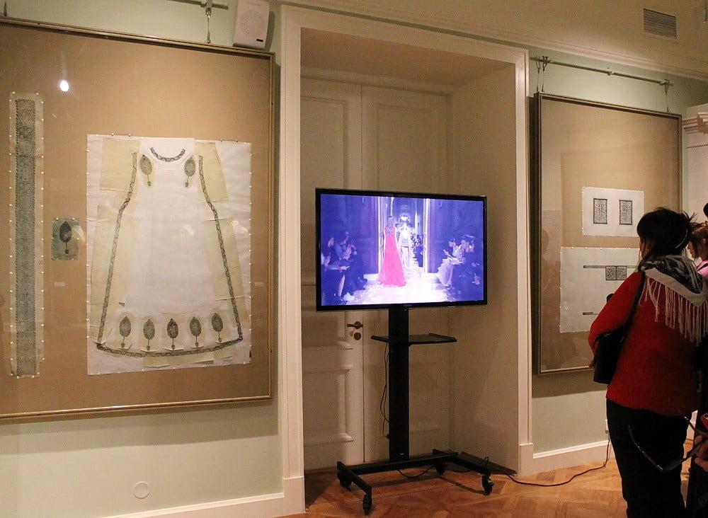 На мониторе показывают запись коллекции Валентино, сшитой из тканей Фортуни на фабрике до сих пор выпускающей ткани по эскизам и технологии Фортуни
