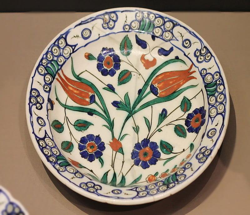 Тюльпаны росписи на тарелке напоминают ткань Фортуни