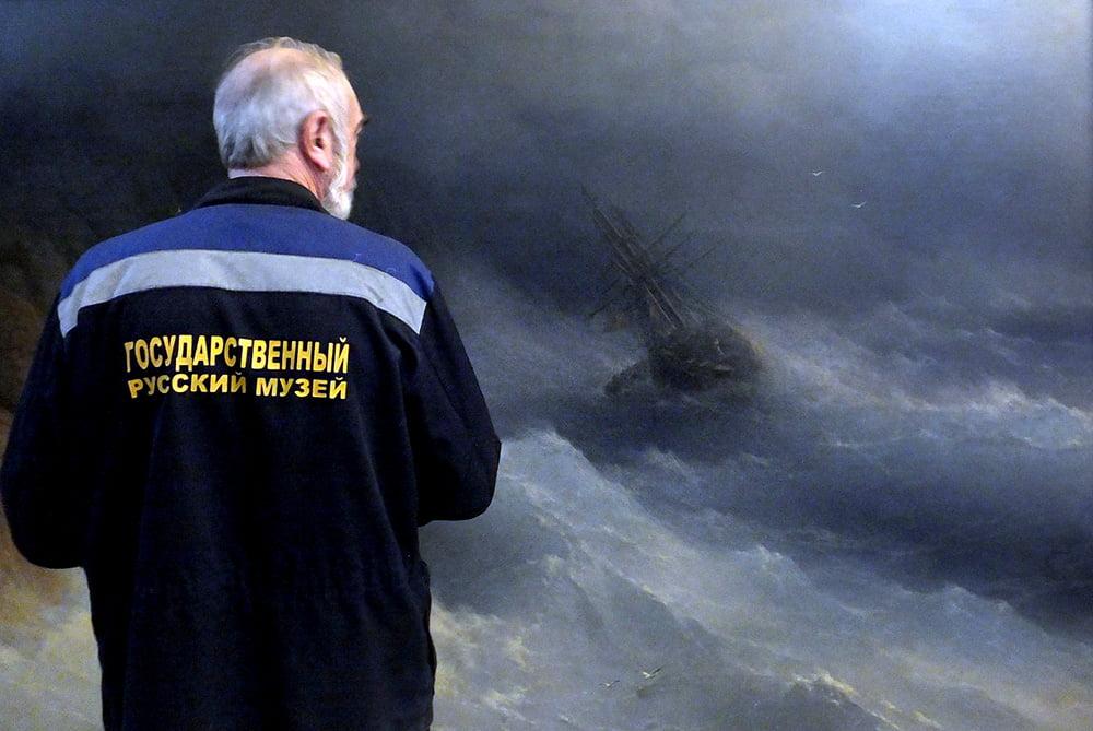 Сотрудник Русского музея демонтирует выставку