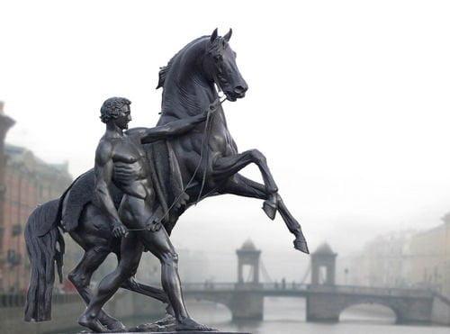 Возница держит коня Аничково моста, а вдали уже виден мост Ломоносова через Фонтанку