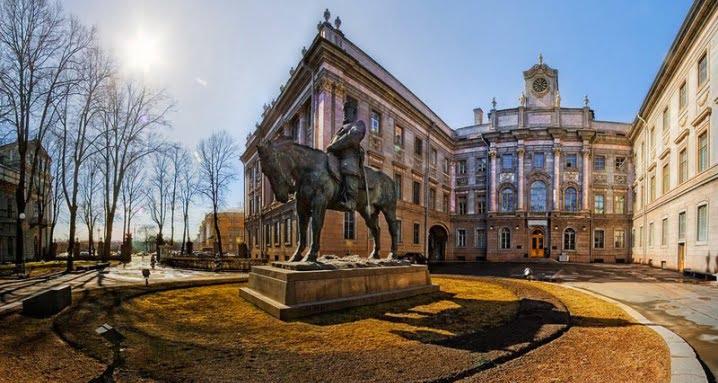 Мраморный дворец и памятник Александру III