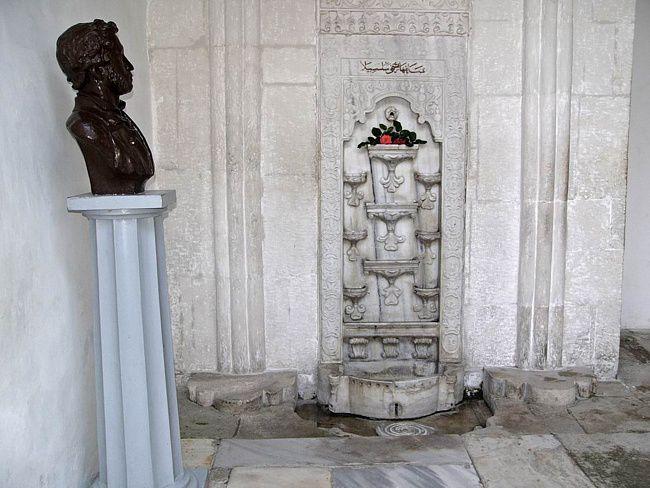 Бахчисарайский фонтан и бюст Александра Пушкина (Бахчисарай, Крым)