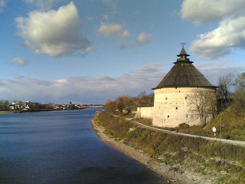 Покровская башня Пскова на берегу реки Великая