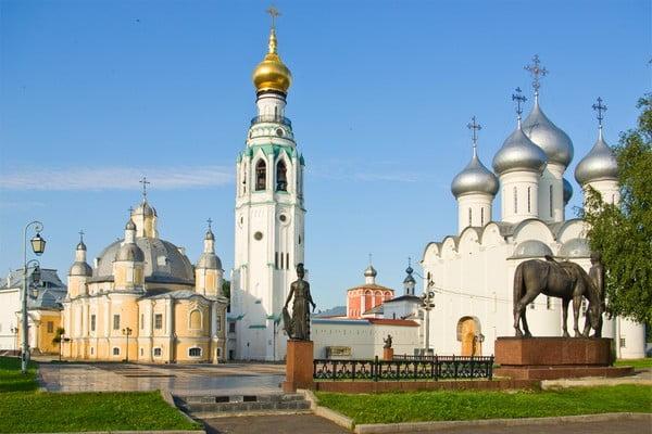 Вологодский кремль с памятником поэту Батюшкову на переднем плане
