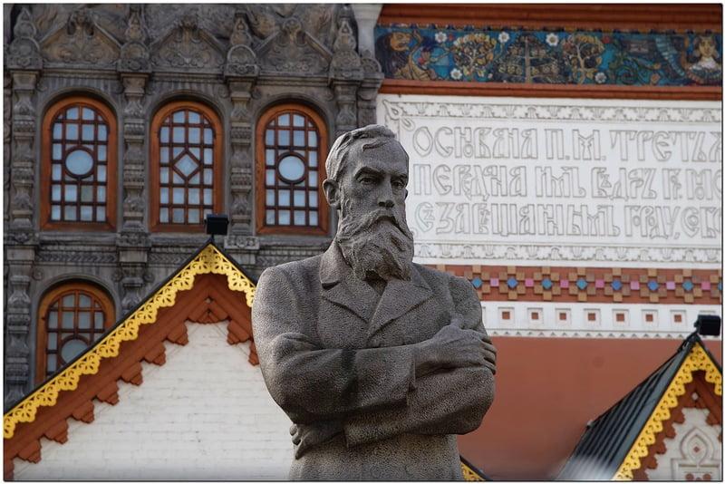 Статуя Павла Третьякова во дворе исторического здания Третьяковской галереи (Москва)