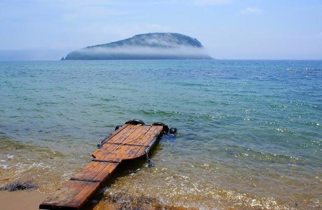 Вид на остров Петрова с бухты поющего песка