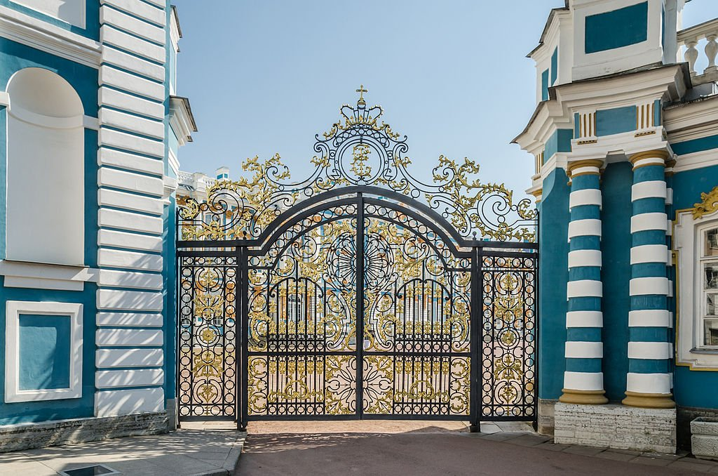Вызолоченные ворота при входе во внутренний двор Екатерининского дворца