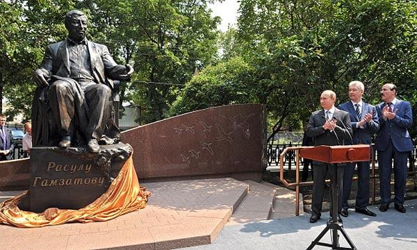 Открытие памятнику Расулу Гамзатову в Москве, на бульварном кольце. На заднем фоне памятника высечена стая журавлей