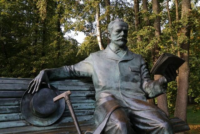 Памятник П.И. Чайковскому в его усадьбе в Клину