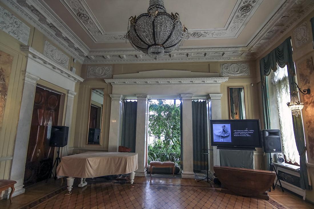 Белый зал в особняке Кшесинской