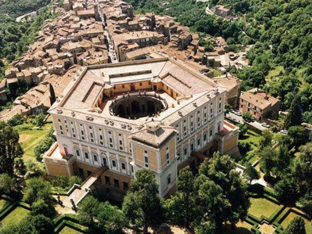 Вилла Фарнезе более похожа на укрепленный замок