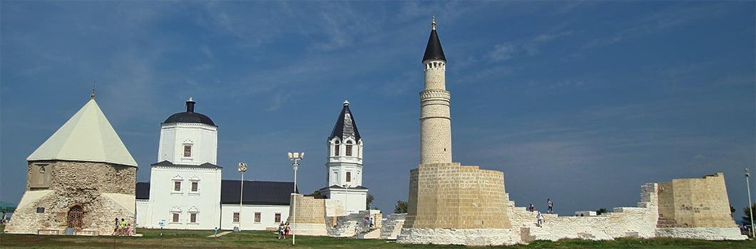 Постройки древнего Болгара на высоком берегу Волги