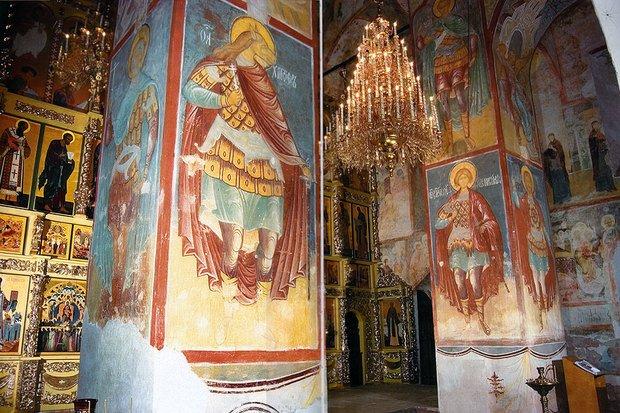 Самая большая ценность Успенского собора — это фрески, написанные еще во времена Ивана IV