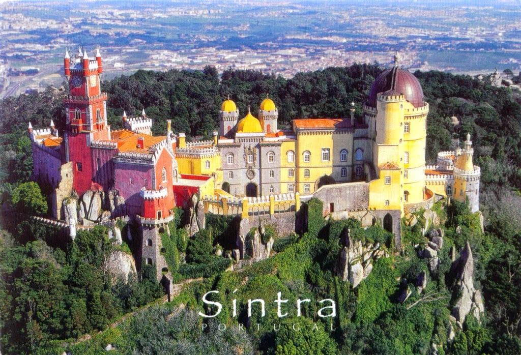 Дворец Пена в городе Синтра. Португалия