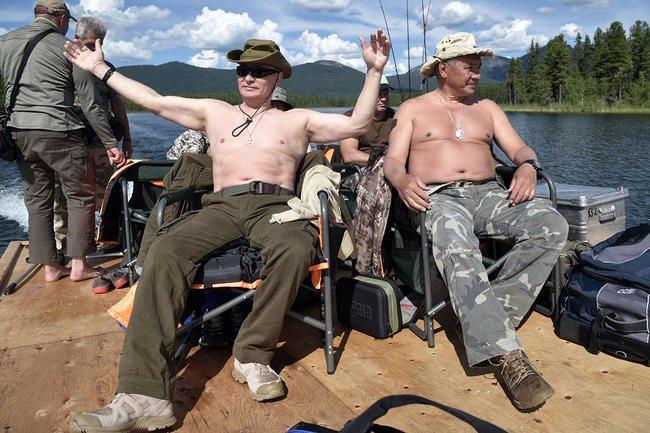 Путин и Шойгу нв рыбалке в Республике Тыва. 2017 год