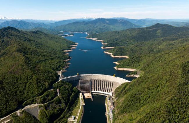 Саяно-Шушенская ГЭС неподалеку (примерно 70 км) от Шушенского