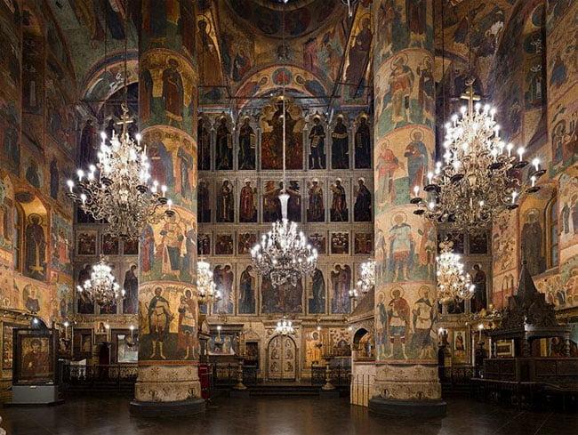 """Интерьер Успенского собора Московского Кремля. Слева видел большой образ """"Святого Георгия"""""""