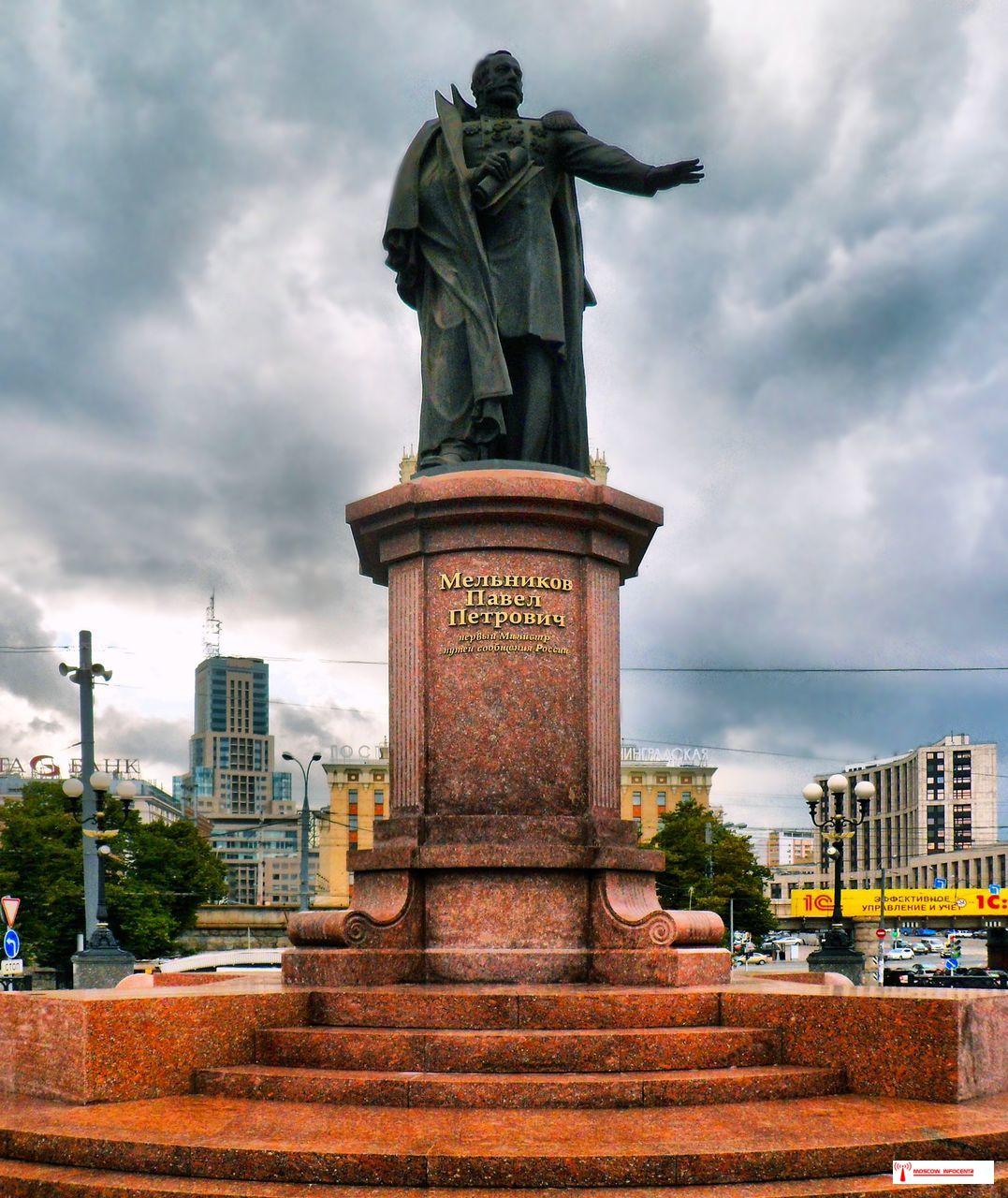Памятник Павлу Мельникову в Москве на площади у трех вокзалов