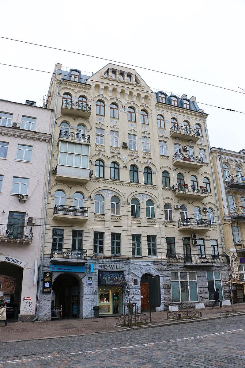 Киев, дом № 46 по улице Большой Васильковской, в котором происходит действие картины