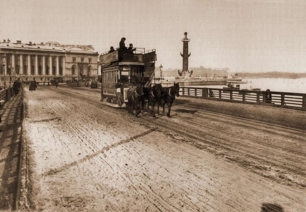 Фотография конки около Ростральной колонны