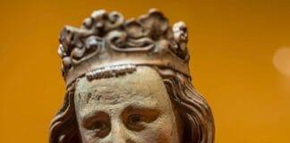 Статуя Людовика Святого на выставке Людовик святой и реликвии Сент-Шапель