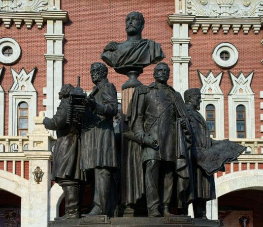 Памятник Основателям Российских ежлезных дорог около Царской башни Казанского вокзала
