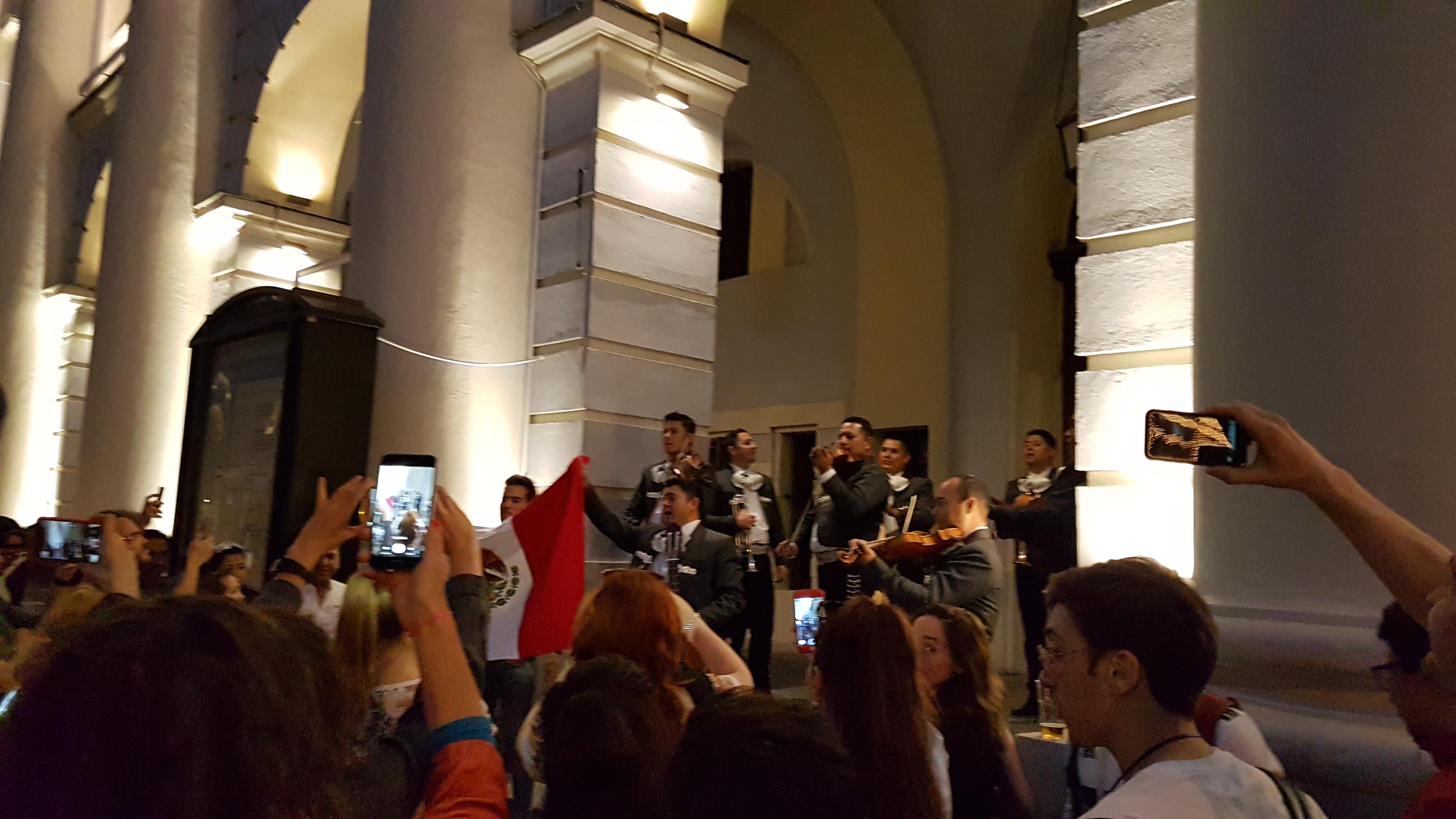 Мексиканский ансамбль поет песни у входа в Мексиканский дом на ЧМ 2018 (на Ильинке)