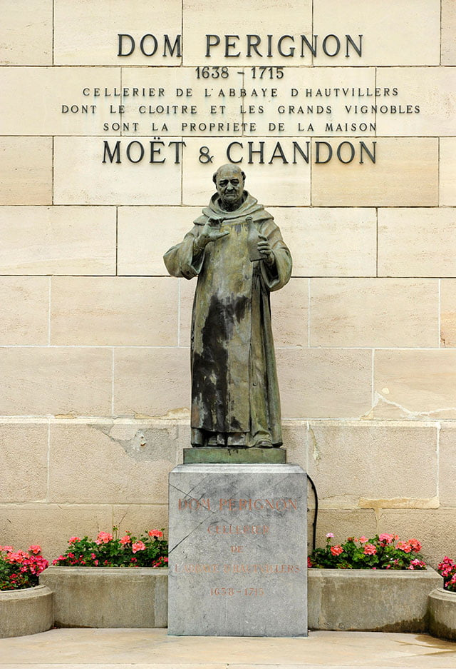 Памятник французскому монаху-бенедиктинецу аббатства Отвильер Пьер Периньон