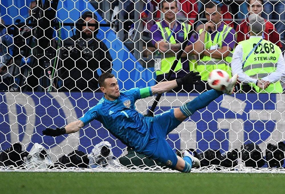 Акинфеев отбивает пенальти ногой в игре с Испанией. Чемпионат мира 2018