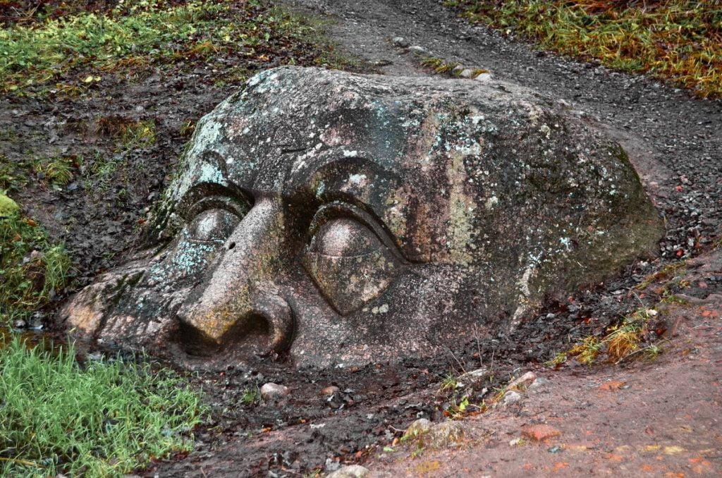 Огромная голова в парке Сергиевка (Петергоф)