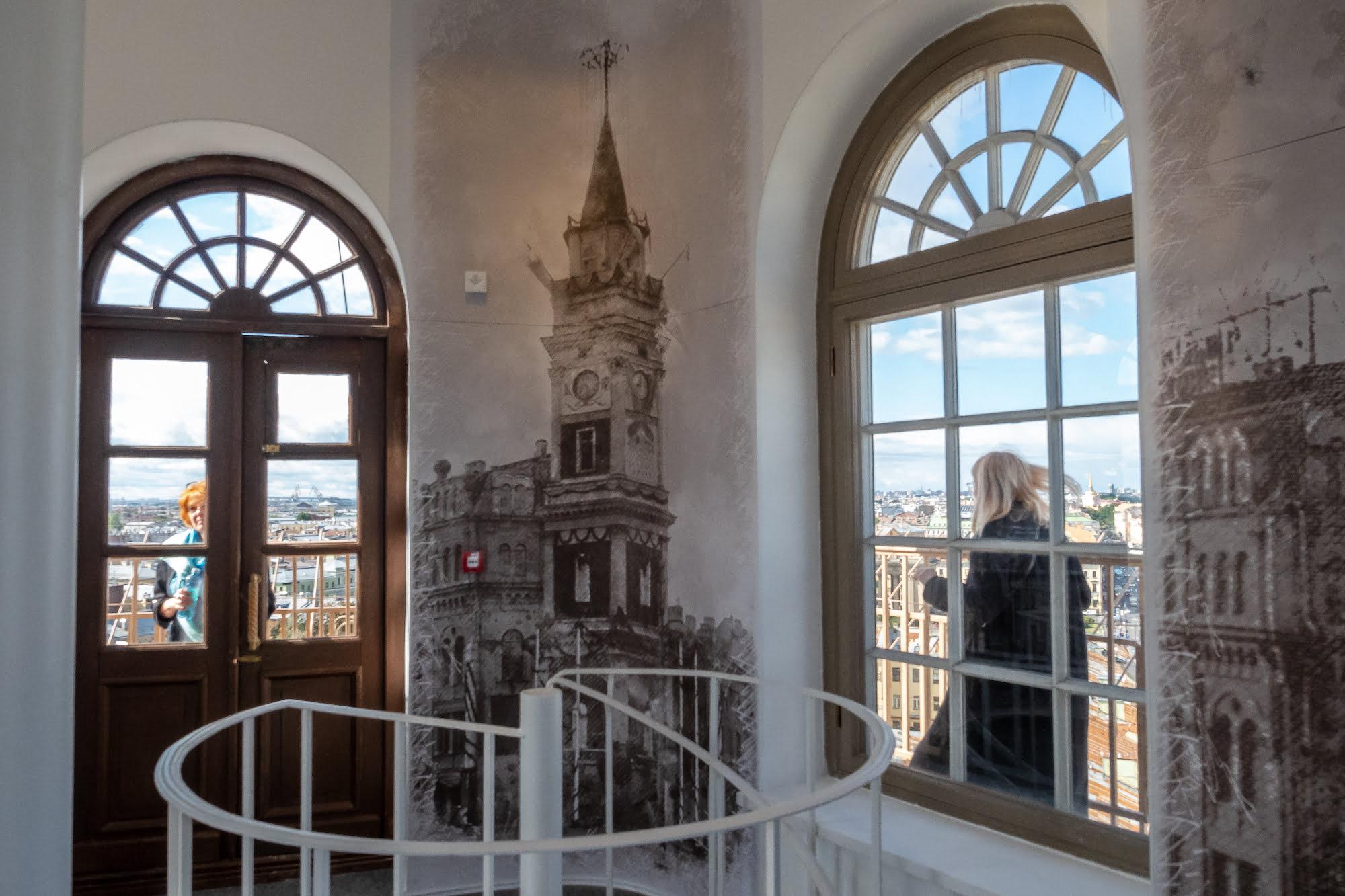 Внутри смотровой площадки Думской башни Санкт-Петербурга